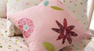 Różowe poduszki w pokoju dziewczynki, tkaniny dekoracyjne do pokoju dziewczynki