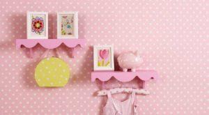 Różowa tapeta w kropki w pokoju dziewczynki