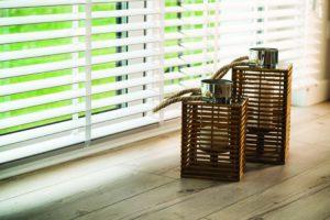 Białe żaluzje drewniane Warszawa MK Studio