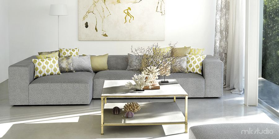 Poduszki dekoracyjne w salonie na szarej sofie