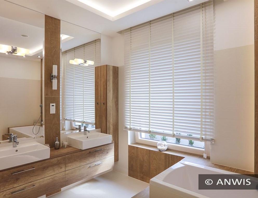 Żaluzje drewniane jako osłona okna w łazience